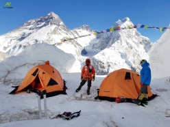Alex Txikon in one of the camps on Pumori, climbed with Ali Sadpara, Nuri Sherpa and Temba Sherpa. In the background, from left to right: Everest, Lhotse and Nuptse
