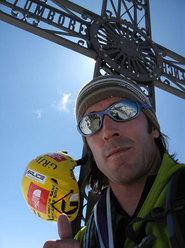 Hervé barmasse in vetta alla Grande Becca dopo la prima solitaria e prima ripetizione della Direttissima della parete sud.