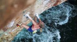Emily Harrington in arrampicata deep water solo a Maiorca