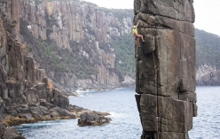 Josh Larson in arrampicata in Tasmania