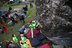 No one held back at the Melloblocco, from the biggest names in bouldering (ever present, and always in plenty) to the youngest participants. The champions, who  are recognised by everyone, know all and camouflage perfectly in the crowd and the boulders, search for that elusive top like all the rest.