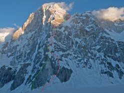 Latok I and, in red, the line climbed by Aleš Česen, Luka Stražar and Tom Livingstone. In green the line of descent