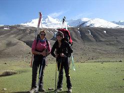Suzy Medge e Anna Torretta con alle spalle il SuzAnna Peak 4.800m appena sceso, Sarhad-e-Broghil, Wakhan, Afghanistan