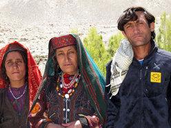 Donne e uomini Wakhi a Kret, Gorg Alì la nostra guida e al centro sua madre