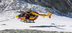 Toula glacier accident (Mont Blanc): the French mountain rescue helicopter arrives at the accident site