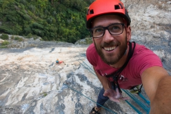 Mescalito sulla Rupe Secca, Monte Colodri: Carlo Cosi selfie time after having climbed through the roof