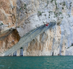 Chris Sharma arrampicata deep water solo a Mont-Rebei in Spain