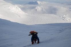 Ancora due lunghe giornate scendendo la Head wall, attraversando il Windy Corner e percorrendo il Kahiltna Glacier; così raggiungiamo il punto di recupero sotto alla parete N del Mount Hunter, dove d'estate viene fissato il campo base per tutti i gruppi che salgono il Denali lungo la via Normale.