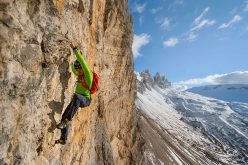 Simon Gietl makes free solo of Lacedelli Cima Scotoni, Dolomites