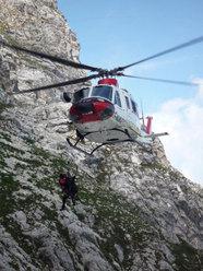 La Guida alpina Agostino Cittadini sale con il verricello con Roberto Iannilli