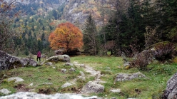 Val di Mello: the path of the left bank often leads past natural obstacles such as narrowings, ancient steps at Cà di Carna, narrow passages between dry-stone walls, small side streams whose course change every year