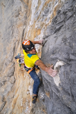 Roger Schaeli making the long moves on the crux 7c+ pitch of La Vida es Silbar, Eiger