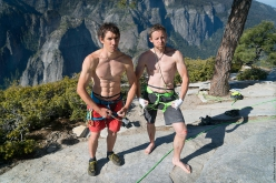 Alex Honnold e Tommy Caldwell in cima a El Capitan dopo aver stabilito un nuovo record su The Nose in Yosemite in 1:58:07