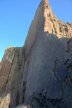 Dave Birkett in alto sulla sua Once Upon a Time in the Southwest E9 6c at Dyer's Lookout, Devon, Inghilterra.