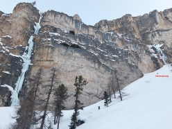 The line of Seitensprung in Langental, Dolomites, first ascended by Simon Messner and Martin Sieberer on 27/12/2019. To the left the spectacular ice climb Once in a Lifetime