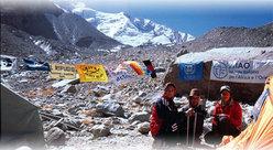 Un gruppo di giovani afgani è impegnato sul Monte Bianco in un Corso di alpinismo promosso dall'IsIAO.