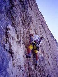 Rolando Larcher, in arrampicata libera e a vista, sulla via Piussi-Redaelli, Torre Trieste, Dolomiti