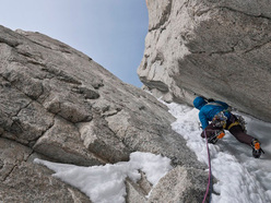 Colin Haley su Jardines Japoneses (650m AI4 M5 5.10 A1, Colin Haley, Jens Holsten, Mikey Schaefer 28/12/2010) Aguja Mermoz, Patagonia