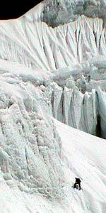 Annapurna 2002, Silvio Mondinelli impegnato nella salita della cresta est. Spedizione internazionele (ancora in corso).