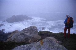 L'immagine si sviluppa sempre in orizzontale. Compressa e appiattita dal cielo da una parte e dall'oceano dall'altra. Il Faro è di per sé un'anomalia verticale.