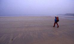 Si riprende il cammino. Oggi siamo di nuovo nella Bretagna misteriosa delle nebbie. Spiaggioni immensi di Les Blancs Sablons. La marea bassa li scopre e lo sguardo si perde smarrito da queste distese percorse dai gabbiani.