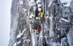 Greg Boswell e Callum Johnson aprono New Age Raiders su Church Buttress a Bidean nam Bian in Scozia, dicembre 2020