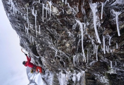 Greg Boswell apre New Age Raiders su Church Buttress a Bidean nam Bian in Scozia, dicembre 2020