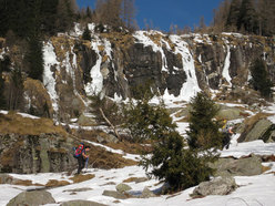 The walk-in to the Scione icefalls