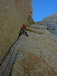 Josh Wharton sul quarto tiro di Coda su Aguja Desmochada, Fitz Roy, Patagonia (V 5.11+ AO, Kauffman, Wharton 09-10/02/2011)