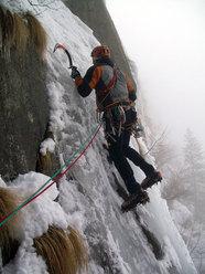 Il delicato traverso del 2° tiro di Aerofagia - Il piccolo scozzese (III WI 4+°, 115m), Val di Saviore/Val Adamè, Gruppo Adamello-M.te Fumo.