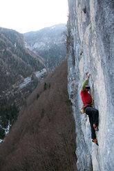 Manolo su Eroi fragili 30m 8c, Val Noana, Pale di San Martino