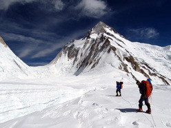 Gerfried Göschl e Alex Txikon a 5900m, nello sfondo Gasherbrum La (col) e G1