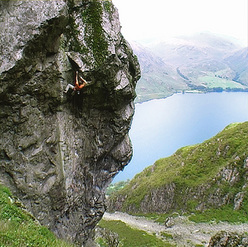 Dave Birkett durante la prima salita del suo nuovo E9 6c a Cam Crag, Lake District.