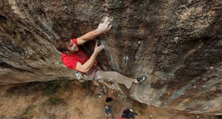 Chris Sharma durante un tentativo su First Round First Minute a Margalef in Spagna.