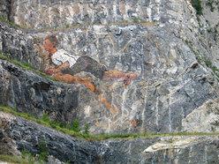 Mario Nebiolo all'opera sulla parete della ex cava Martinetto di Tirano