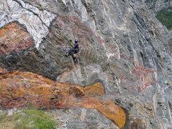 Mario Nebiolo dipinge la sua opera sulla parete della ex cava Martinetto a Tirano