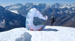 Stuart Holmes si prepara al decollo dalla cima del Ama Dablam