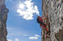 Sul terzo tiro della nuva via aperta da Paolo Da Pozzo e Giuseppe Ghedina sul Co dei Bos (Falzarego, Dolomiti)