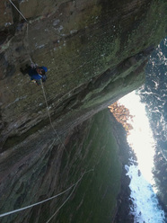 Dave Macleod lavora The Long Hope Route a St John's Head, Orkneys, Scozia