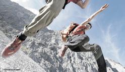 Cedric Lachat e Nina Caprez in discesa sotto Silbergeier e la parete sud del Rätikon, Svizzera