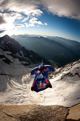 Questa mattina alle ore 06:45 l'alpinista e base jumper russo Valery Rozov ha effettuato il primo BASE jump dal versante italiano del Monte Bianco