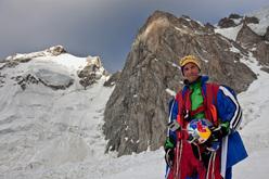 Il russo Valery Rozov dopo il BASE jump dal versante italiano del Monte Bianco.