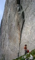 """Giovanni Ongaro alla base della prima lunghezza di """"Religion rebel"""" (7c 1pa. 6c obbl.) sulla parete est della Torre Moai, Val Cameraccio, Gruppo del Masino."""