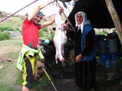 Dopo il sacrificio della pecora si comincia a preparare la cena
