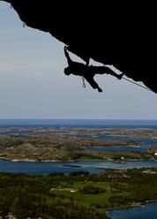 Magnus Midtbö arrampica sopra i fiordi di Flatanger in Norvegia.