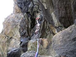 Matteo Giglio in apertura sul quarto tiro della via Granatina alla Rocca di Verra