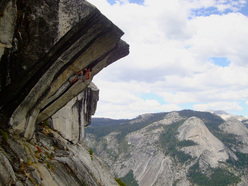 Alex Honnold sale senza corda Heaven (5.12d/7c) a Glacier Point, Yosemite.