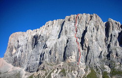 The route line of Bruderliebe (800m/8b/8b+), Marmolada, Dolomites