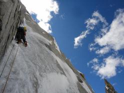 Lungo la via Sanjači zlatih jam (VI/5, M5, A2, 1600m, Nejc Marčič, Luka Stražar 09/2011) sul K7 West (6934m), Charakusa valley, (Karakoram, Himalaya).