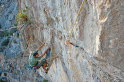 Maurizio Oviglia finishes pitch 3, it's not over yet and a fall results in a pendulum into the void.